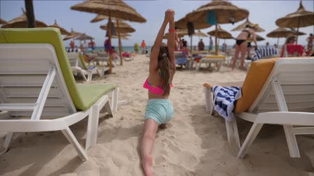 jimnastik : Little girl practicing yoga in Pigeon pose asana on beach