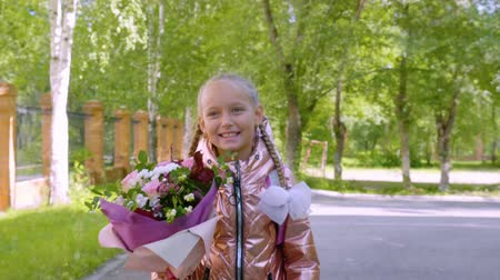 okula geri : Portrait girl teenager with bouquet flower back to school. Girl going to school