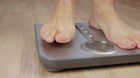 baixo teor de gordura : Close up male or woman foot stepping on weight scale for weighting body