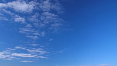 jasno : Clear sky and white clouds flying in heaven. Fluffy clouds floating in blue sky