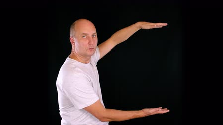 maior : man showing something big and something small between hands