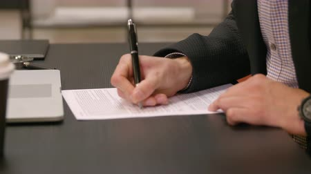 подпись : Businessman signing documents
