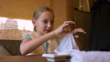 cozinha japonesa : Teenager girl using hot wet towel for hand cleaning before eating in sushi cafe
