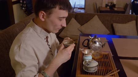 preparado : Tea master tasting green tea prepared by chinese tradition and sniffing flavor taste fragrance aroma smell. Chinese tea ceremony. Traditional process of tea drinking preparation