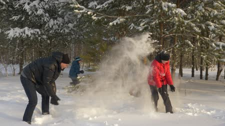śnieżka : Family in snowball fight at winter pine tree forest. Slow motion outdoor funny leasure vacation. Wideo