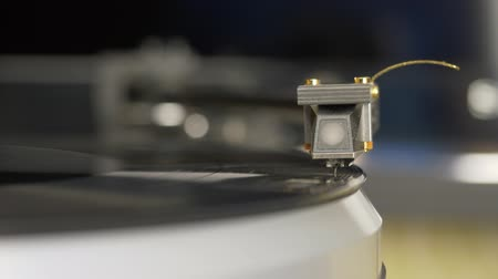 винил : Vinyl record player. Needle headshell of turntable slow down on vinyl record rotating disco music. Classical music jazz records playing. DOF headshell bokeh. Hi-fi high end music concept close up