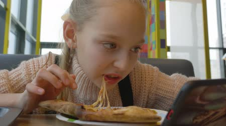 salame : Portrait teenager girl eating cheesy pizza with salami in italian fast food restaurant. Close up young girl teenager chewing salami from italian pizza in pizzeria. Fast food concept Vídeos