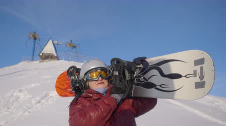 скат : Snowboarder senior woman at snow hill background