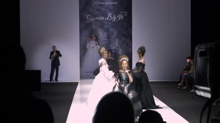 pěvec : Moscow, Russia - March 21, 2019: teenager girl singing sons on performance stage of fashion event. Beautiful girls dancing on stage at fashion show. Moscow fashion week