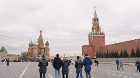 厄介な : Moscow, Russia - March 21, 2019: people walking on Red Square on Moscow Kremlin and Saint Basil Cathedral. Red Square landscape at autumn day. Nasty weather