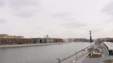 çimenli yol : Moscow river waterfront overlooking the monument to Peter the great in nasty day.