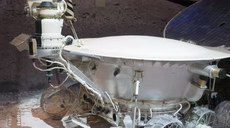 descobrir : Moscow, Russia - March 21, 2019: moon walker to study planet surface in space museum. Museum piece lunar rover for cosmic space exploration at exhibition