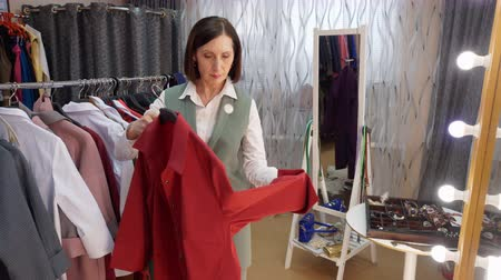 выбирать : Mature Woman Fit Shirt Try Clothes Fashion Store. Middle Aged Caucasian Lady Pick up Elegant Outfit. Dress Shop Production Fashionable Showroom Designer Boutique Service Business Concept
