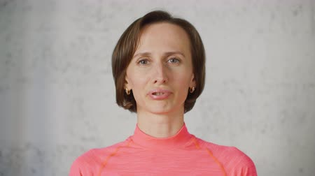 technika : Woman acting teacher in pink turtleneck demonstrates exercise exercise for diction. Young woman is playing with lips on light background. Dostupné videozáznamy