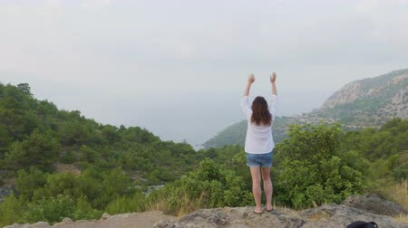 levantando : Young Woman Stand Raising Hands on Top of Mountain. Green Valley Landscape. Back View of Traveling Girl Enjoying Scenic Nature. Female Climber Tourist Lifting Arm Up Celebrating Life