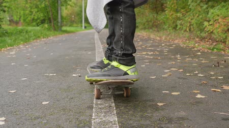 duruş : Person Legs Feet Skateboard City Road Closeup. Teenager Stand Deck Board Skatepark Asphalt Way Surface Skater Move Wood Trees Background. Child Push Foot Rider Slide Flat Route Sport Equipment Concept