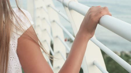corrimão : Female hand sliding on white handrail summer balcony with sea view. Close up teenager girl hands on railing outdoor terrace resort