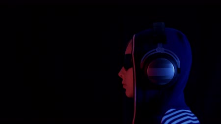 sallamak : Profile of teenager in hoodie, sunglasses and headphones in darkness. Neon red blue light side view of cool teenage girl wearing glasses, hood and listening music in headphones on black background