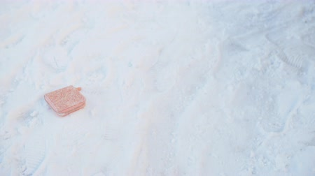кошелек : High angle view of forgotten wallet on snow at playground. Close-up view of pink lost wallet on snow at winter day