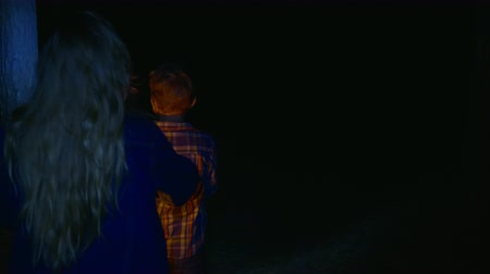 lampa naftowa : Teens girl and boy with oil lamp and flashlight looking somebody by walking in dark summer forest. Girl and boy with kerosene lamp looking something in dark woodland at night walk Wideo