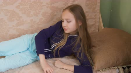ajustando : Cute little girl waking up on sofa. Lovely young girl suddenly awakening on couch. Sleeping concept
