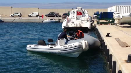 sombrio : DIDIM, TURKEY - APRIL 1, 2015: Disposable boat being transferred illegal immigrants detained by Turkish Coast Guard, D-Marin Vídeos