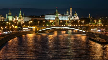 набережная : Night view of the Kremlin, Big Stone Bridge, Moscow River with boats and Kremlins Embankment in the summer, time lapse Стоковые видеозаписи