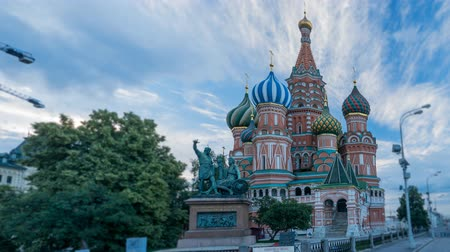 quadrado : Morning view of the St. Basils Cathedral and monument to Minin and Pozharsky on Red Square, Moscow, Russia. Time lapse, 4k.
