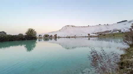 cálcio : Timelapse of the pond with ducks in front of the white hill named as Cotton Castle. Twilight reflection before the sunrise, Pamukkale, Turkey. 4k Vídeos