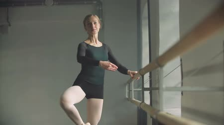 balerína : Ballerina warms up, slow motion