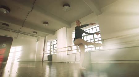 ustalık : graceful girl practicing ballet in the Studio, slow motion , performs the elements of dance