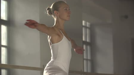 deslumbrante : graceful girl practicing ballet in the Studio, slow motion Vídeos