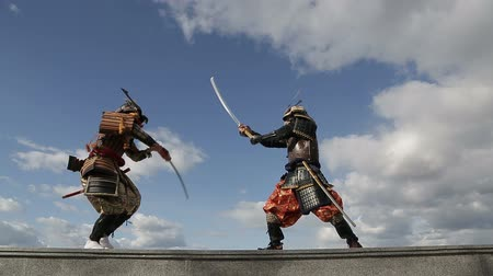 vintage pozadí : the duel of two Japanese samurai against the sky with clouds