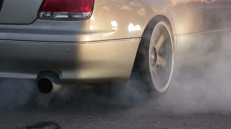 tření : the car does drift on asphalt and burning tires, lots of smoke, close-up Dostupné videozáznamy