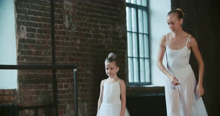 külotlu çorap : adult ballerina practicing with the little girl and trains her Russian classical ballet