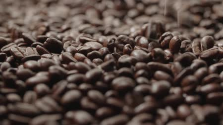 джут : quality of grain roasted coffee to spill in the bag , slow motion