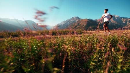 низкий : mountain landscape Asian running man Jogging in the morning slow motion