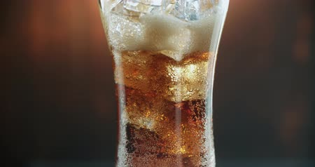 coque : Cola with ice. Pouring Cola with Ice cubes and bubbles in big glass. Soda.4k stock video footage.