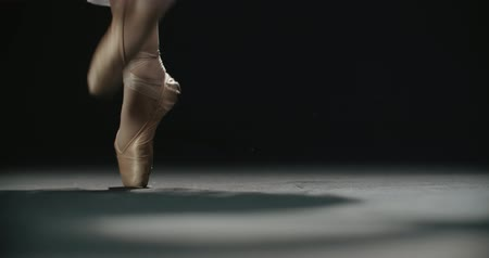 тапочка : close-up footage, ballerinas feet in pointe shoes during performance of classical ballet elements, slow motion Стоковые видеозаписи