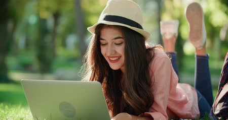 iluminado para trás : girl in the park with a laptop, much expresses the joy of the news