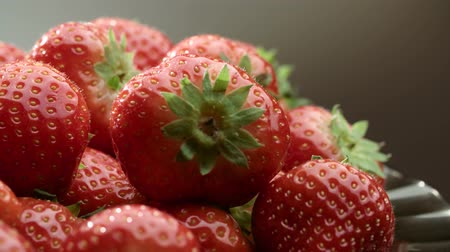 sponka : 4K Fresh, ripe, juicy strawberries to rotate. close-up macro Dostupné videozáznamy