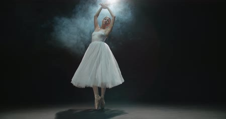 этап : graceful ballerina during the training in the Studio. Smoke, fog, slow motion ballerina in a white tutu, whirling in the dance Стоковые видеозаписи