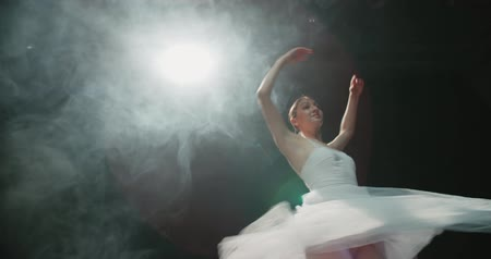 poddasze : graceful ballerina during the training in the Studio. Smoke, fog, slow motion ballerina in a white tutu, whirling in the dance Wideo