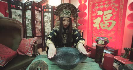 tibet : beautiful Chinese girl uses a magic singing bowl with  boiling water effect Stok Video