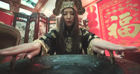 esfregar : beautiful Chinese girl uses a magic singing bowl with  boiling water effect Stock Footage