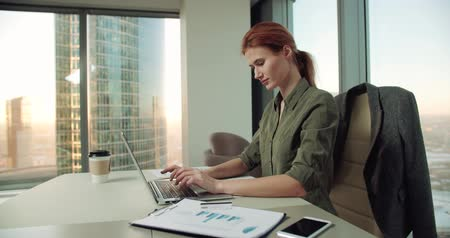 příklad : 4k young business woman in modern office uses a laptop for video, dolly shot Dostupné videozáznamy