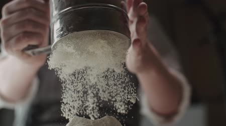 смесь : the chef sifts flour for kneading dough , close-up, slow motion Стоковые видеозаписи