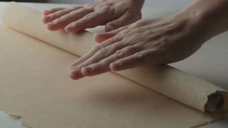 зернистый : 4k rolling dough of pizza, slow motion