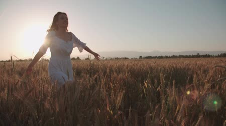 ведущий : Young ,happy woman run into the arms of her boyfriend, love in the wheat field at sunset.Flare light, slow motion, freedom