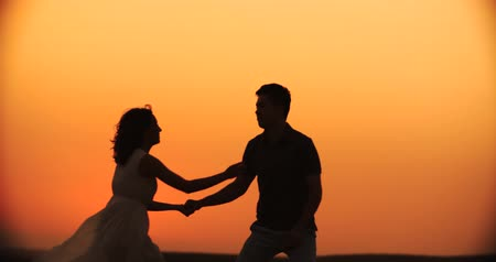 słoneczko : young happy couple dancing wedding dance at sunset, slow motion Wideo